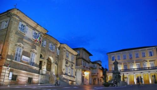 Bra_piazza_del_municipio_notturna
