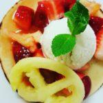 Pancake con macedonia di frutta e gelato alla birra