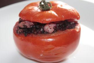 Pomodori ripieni al riso venere e gamberetti sfumati alla bock
