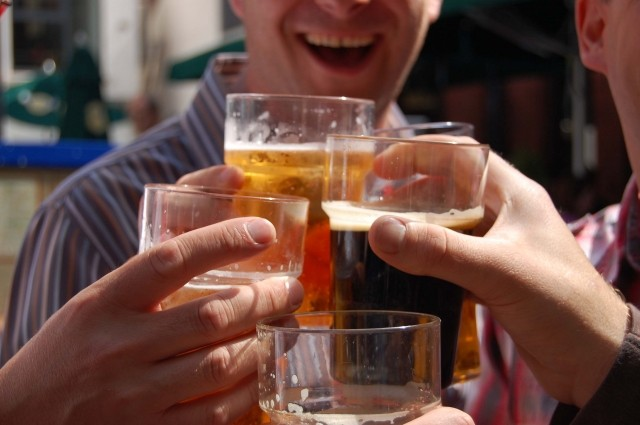 Domani è la Giornata Mondiale della birra: le usanze dei vari paesi sui brindisi
