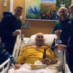 Nonno Adam chiede un'ultima birra prima di morire: la famiglia brinda con lui all'ospedale