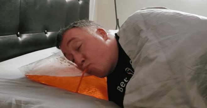 Arriva il cuscino per bere la birra prima di andare a dormire!