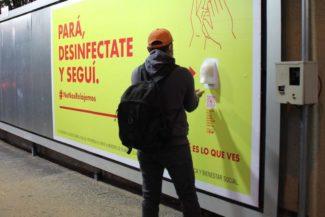 La birra Brahma offre il disinfettante nelle strade del Paraguay