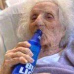 A 103 anni guarisce dal coronavirus e festeggia con una birra ghiacciata!
