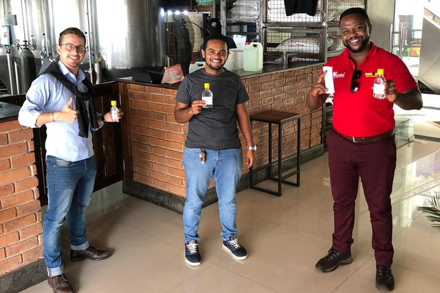 Dalla birra al disinfettante, uno svizzero si reinventa in Tanzania