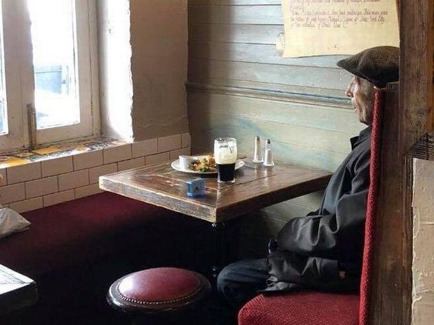 Una birra da solo: la foto al pub diventa un simbolo delle norme anticovid