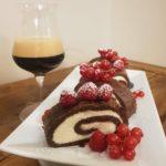 Tronchetto al cacao e birra, con panna, fave tonka e frutti rossi