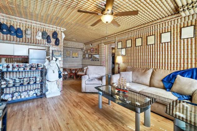 Passione od ossessione: una casa tappezzata di lattine di birra