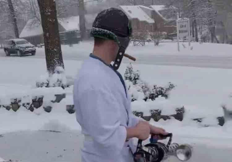 Ha il vialetto pieno di neve, la risolve con birra e… lanciafiamme!